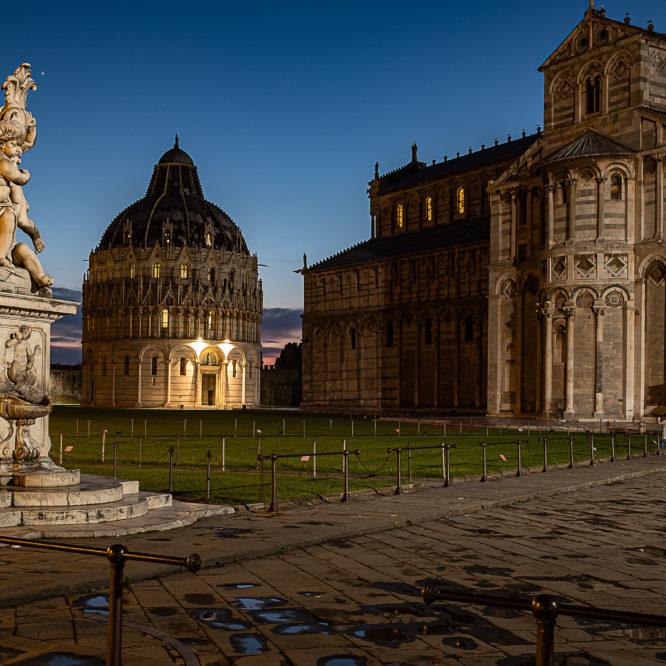 Pisa, Statue der Engel, Baptisterium und Dom auf der Piazza dei Miracoli