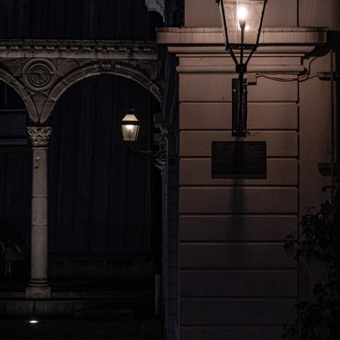 Aachen, Hof, Detail des römischen Portikus bei Nacht