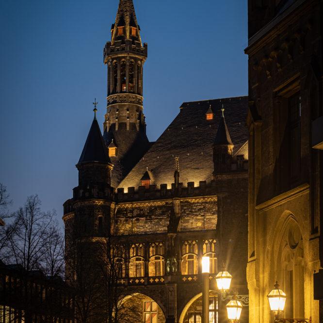 Aachen, Rathaus bei Nacht, Blick vom Katschhof auf den Marktturm