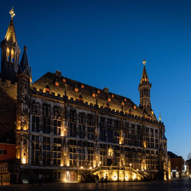 Aachen, Rathaus bei Nacht, Ansicht vom Marktplatz