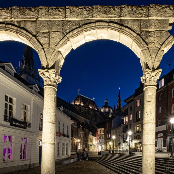 Aachen, Hof, Blick durch den römischen Portikus auf den Dom bei Nacht